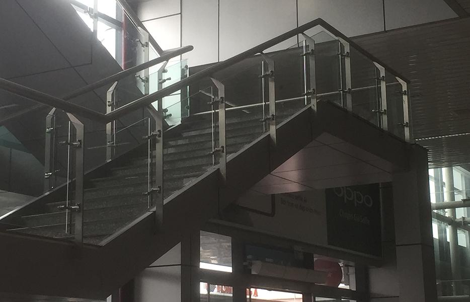 Lan can kính cầu thang